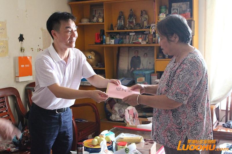 桂园街道挂点领导下新围社区慰问社区烈士家属(2014.9.30)3.jpg