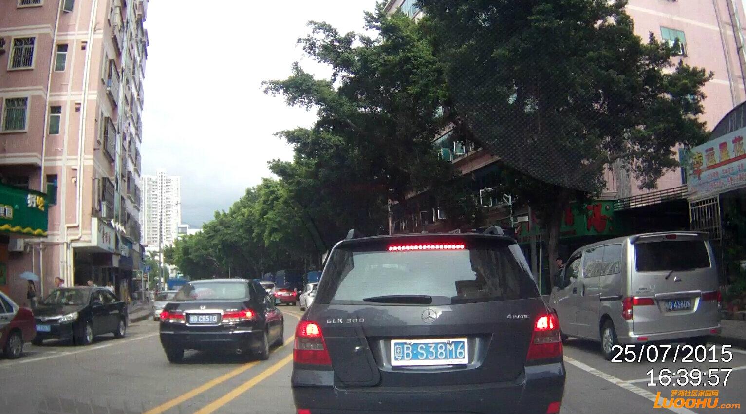 太白路东行布心市场路段占用对向车道725.jpg