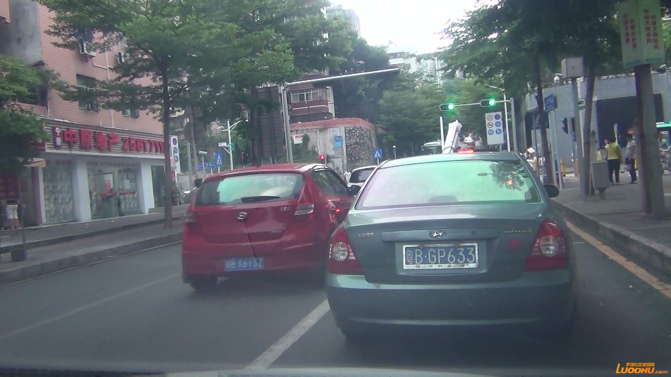 东晓路南往北红色及灰色轿车进入左转道后突然右转后直行造成后车急刹 (1).jpg.jpg
