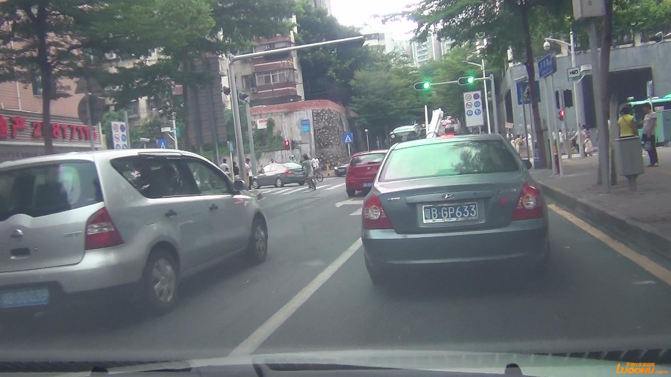 东晓路南往北红色及灰色轿车进入左转道后突然右转后直行造成后车急刹 (3).jpg.jpg