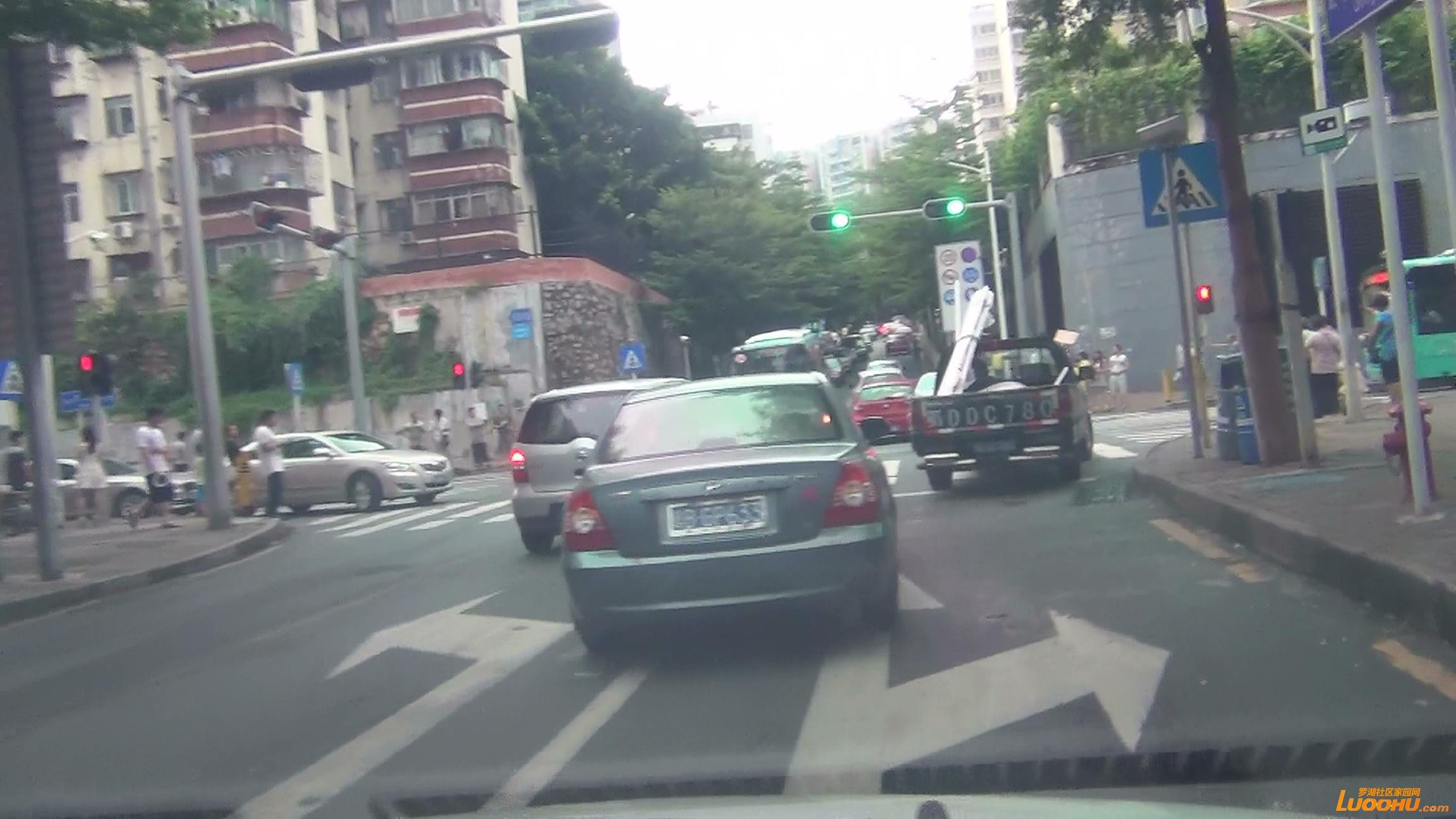 东晓路南往北红色及灰色轿车进入左转道后突然右转后直行造成后车急刹 (4).jpg.jpg