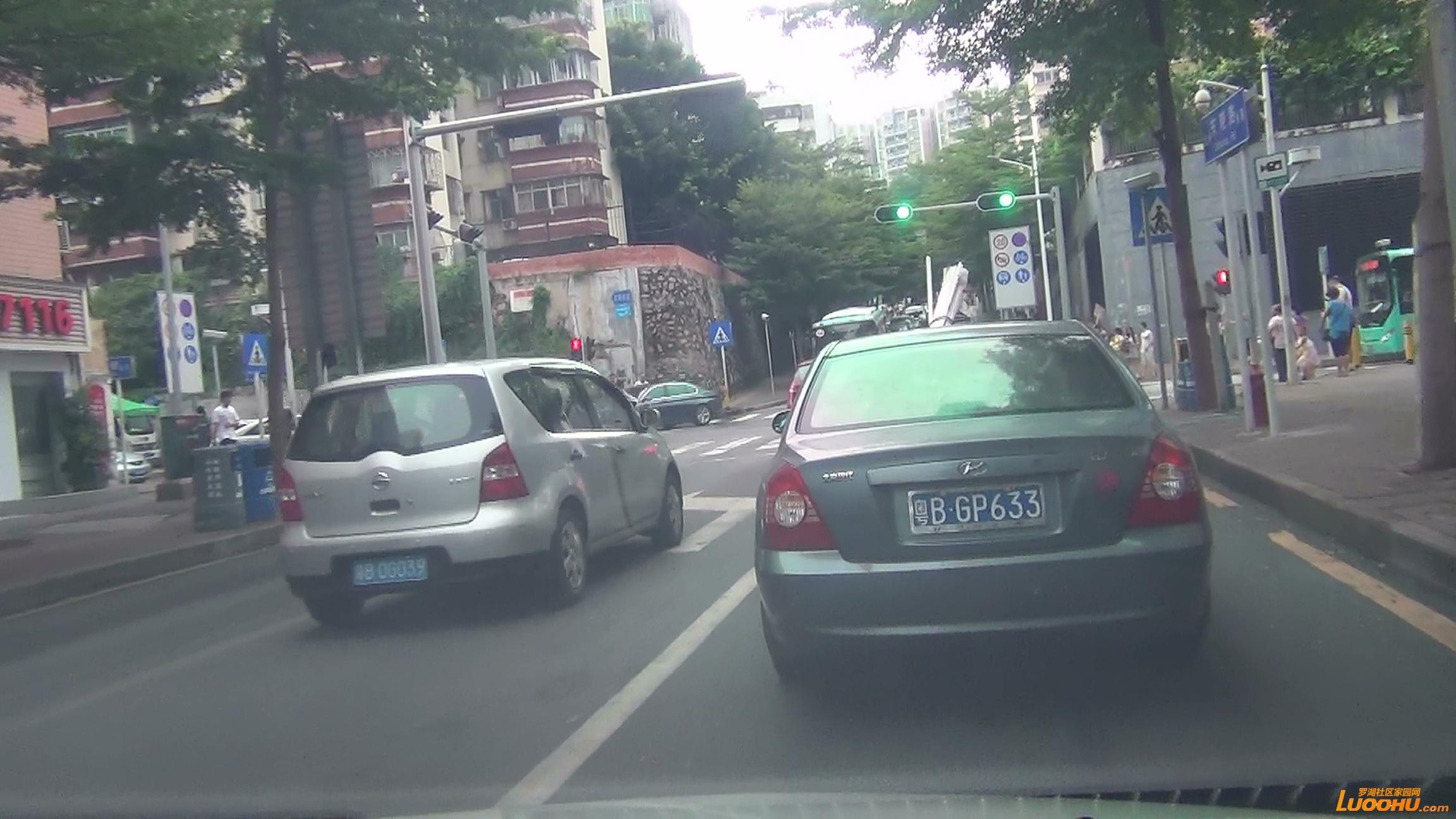 东晓路南往北红色及灰色轿车进入左转道后突然右转后直行造成后车急刹 (5).jpg.jpg