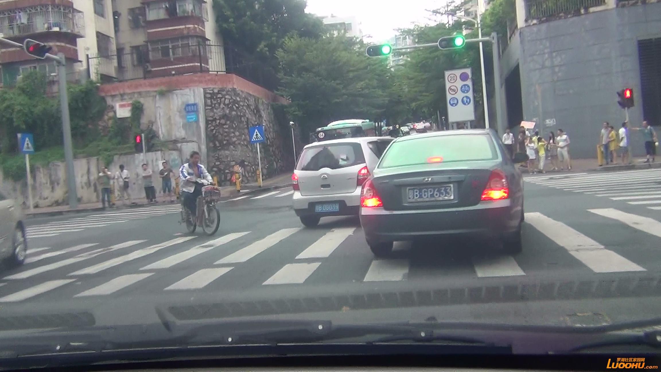 东晓路南往北红色及灰色轿车进入左转道后突然右转后直行造成后车急刹 (7).jpg.jpg