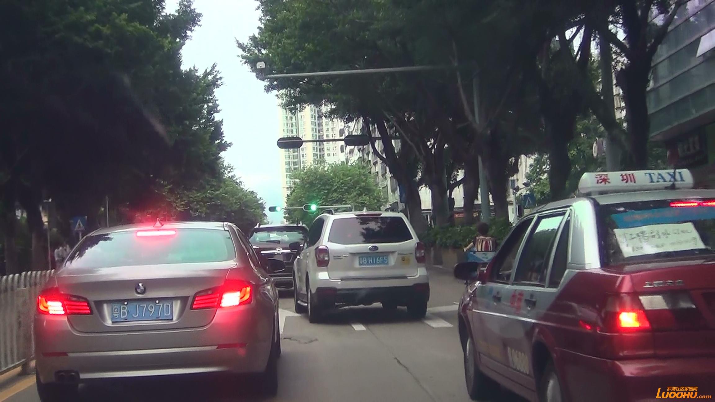 太白路西往东白色轿车从右转车道压线进入直行道后再次压线回到右转车道 (2).jpg.jpg