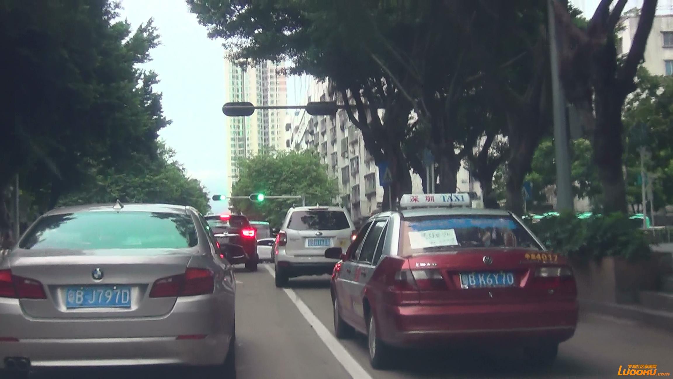 太白路西往东白色轿车从右转车道压线进入直行道后再次压线回到右转车道 (4).jpg.jpg