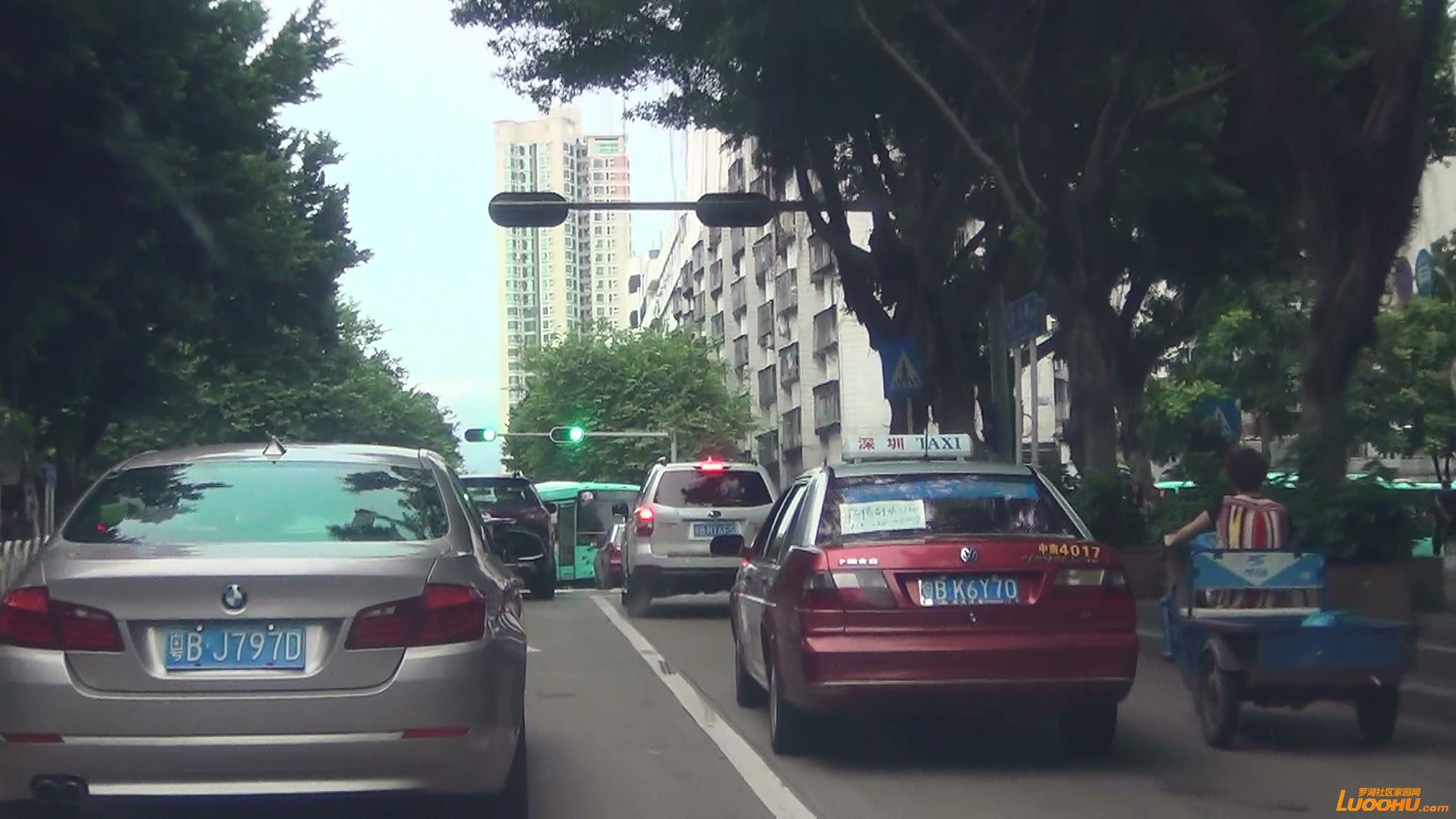 太白路西往东白色轿车从右转车道压线进入直行道后再次压线回到右转车道 (5).jpg.jpg