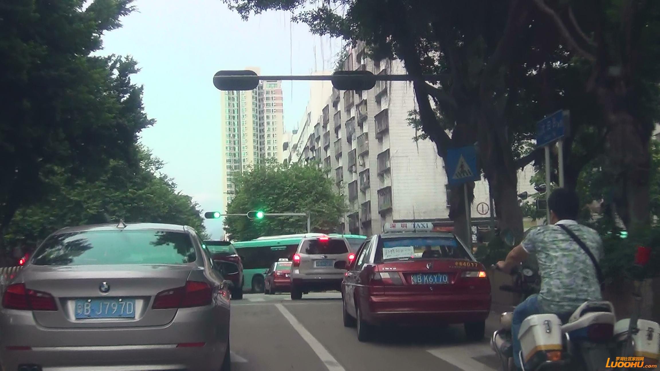 太白路西往东白色轿车从右转车道压线进入直行道后再次压线回到右转车道 (6).jpg.jpg