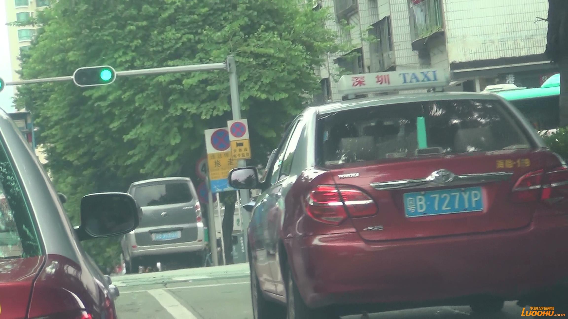 太白路西往东粤B9EM31进入右转车道后直行 (6).jpg