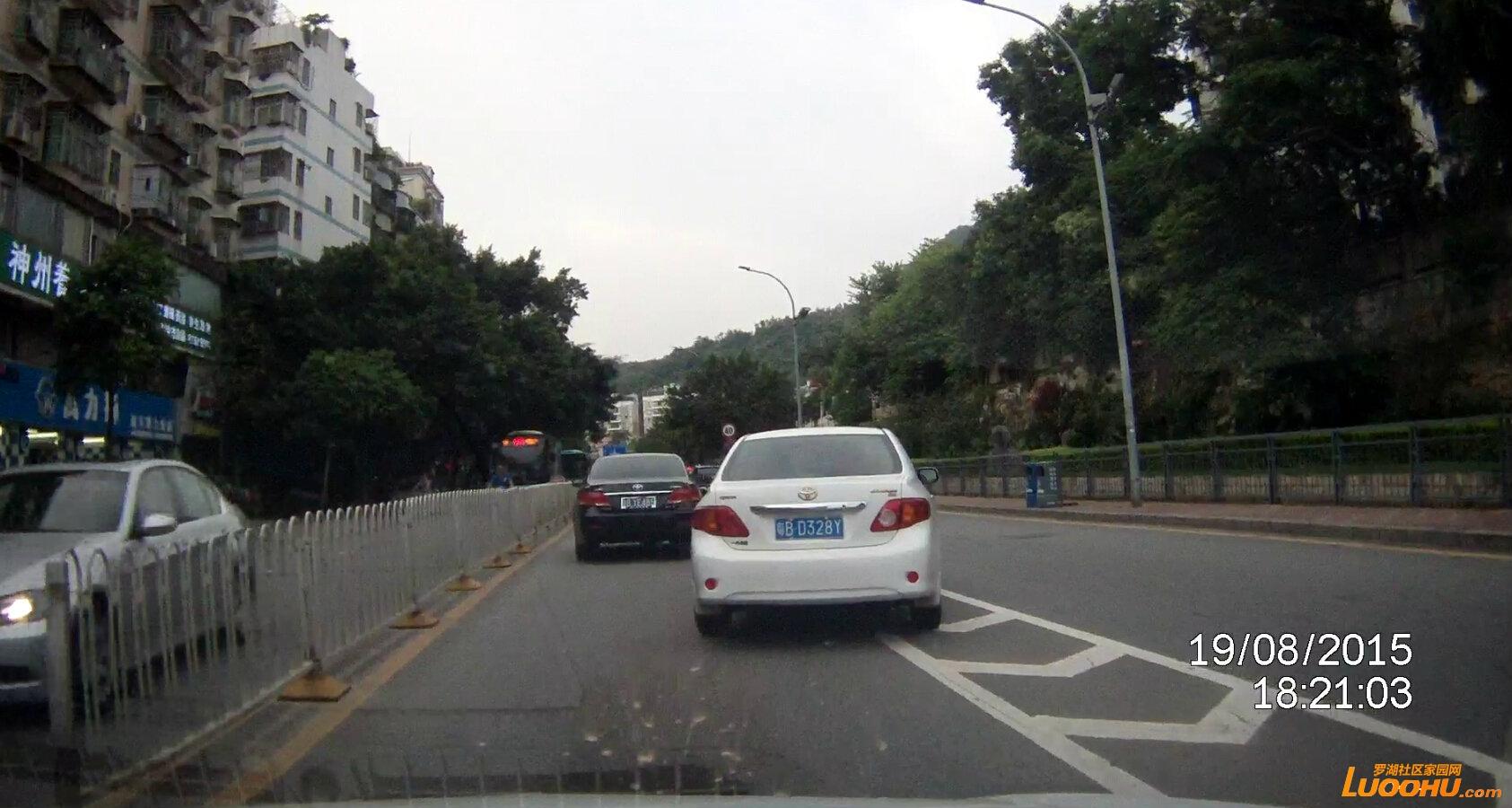 畔山路北行畔山跨线桥下桥匝道口(粤bd328y)占用导流线1.jpg