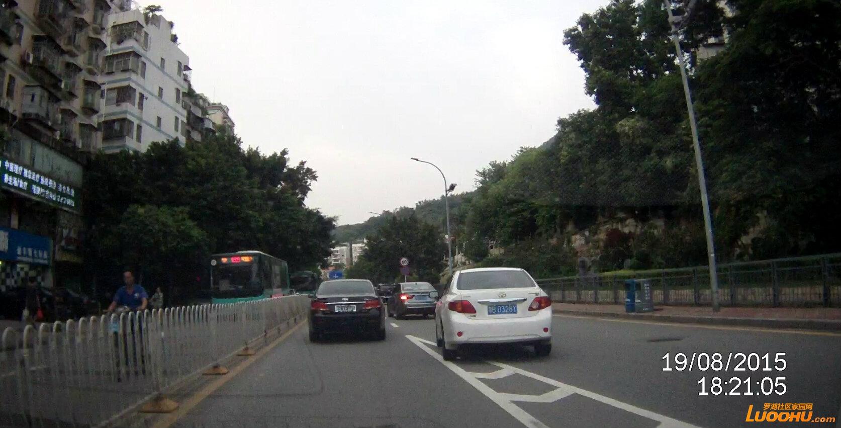 畔山路北行畔山跨线桥下桥匝道口(粤bd328y)占用导流线3.jpg