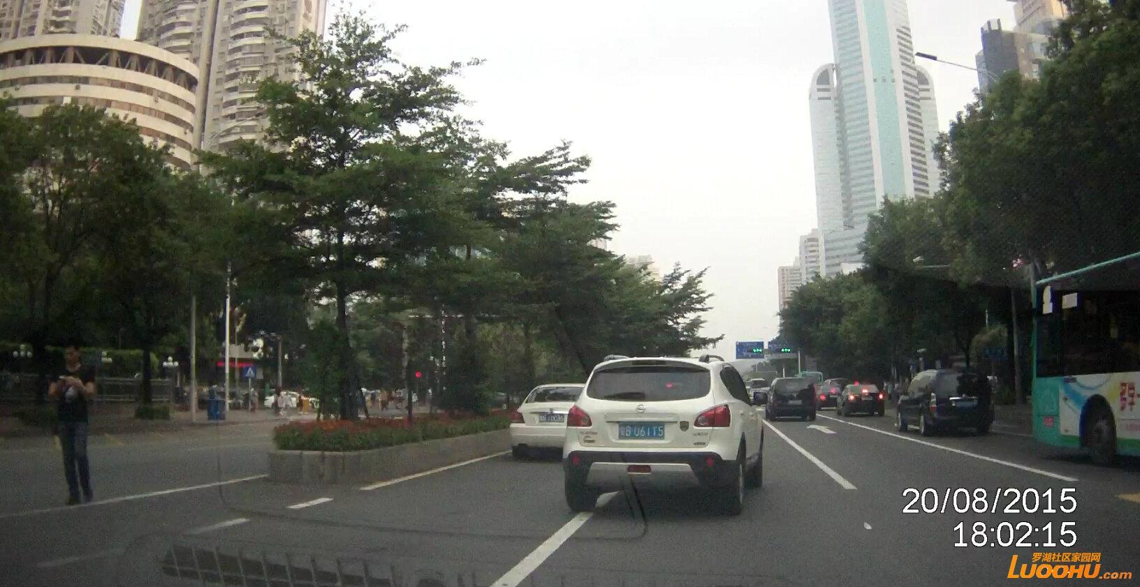 文锦路南行罗湖区委路段(粤bu61t5)跨实线03.jpg