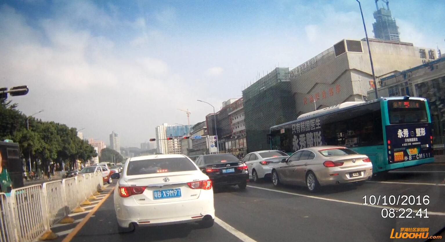红岭北路北行桃园路口(粤BX9M97)跨实线变道01.jpg