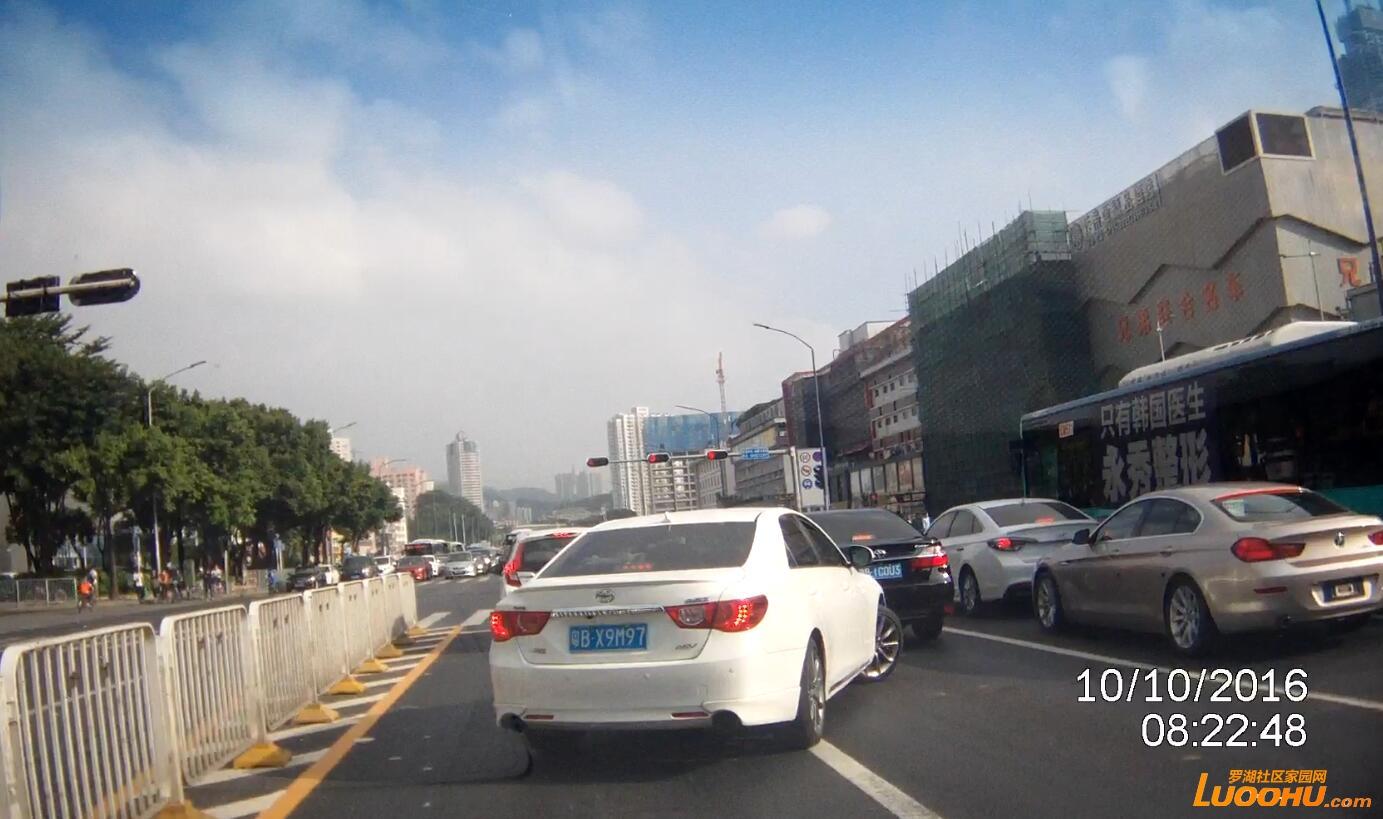 红岭北路北行桃园路口(粤BX9M97)跨实线变道02.jpg