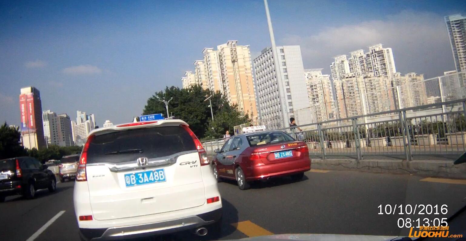 笋岗路西行笋岗铁路跨线桥上(粤B2X4N5)高峰时段行走公交车道02.jpg