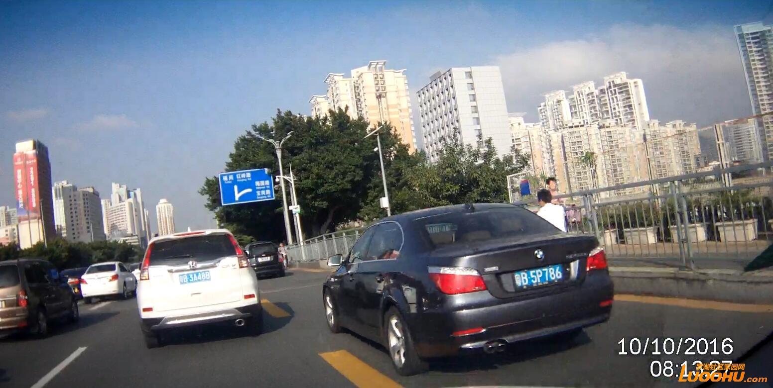 笋岗路西行笋岗铁路跨线桥上(粤B5P786)高峰时段行走公交车道01.jpg