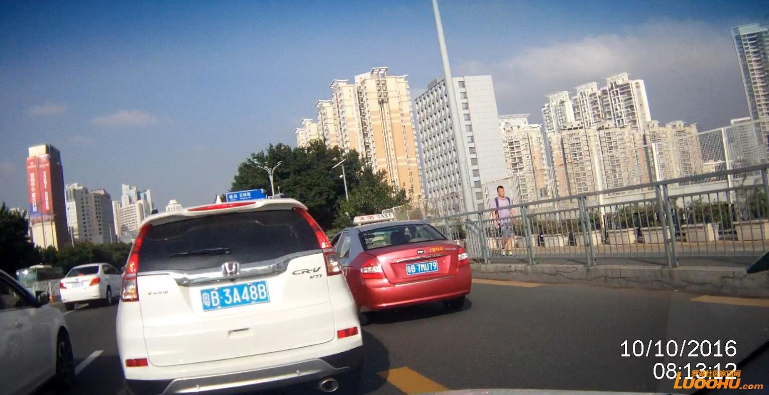 笋岗路西行笋岗铁路跨线桥上(粤B7MU79)高峰时段行走公交车道02.jpg