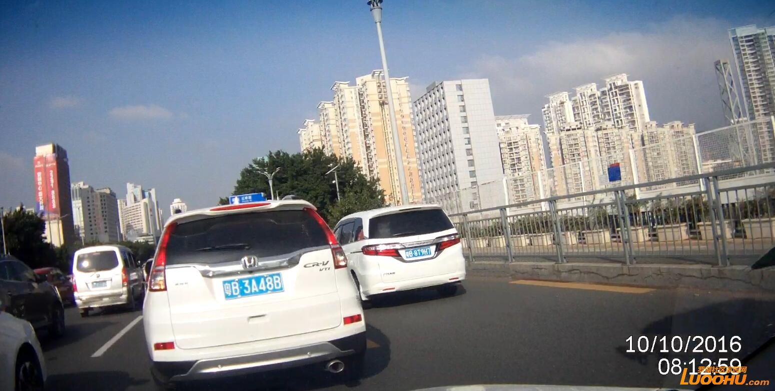 笋岗路西行笋岗铁路跨线桥上(粤B8T9H7)高峰时段行走公交车道02.jpg