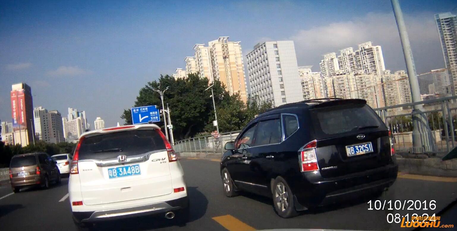 笋岗路西行笋岗铁路跨线桥上(粤B32C51)高峰时段行走公交车道01.jpg