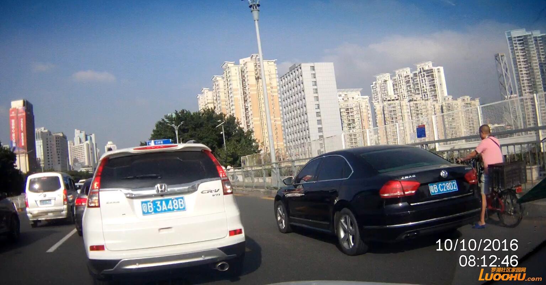笋岗路西行笋岗铁路跨线桥上(粤BC28D2)高峰时段行走公交车道01.jpg