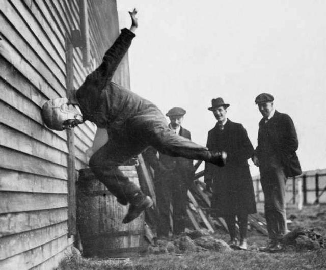 1912年,测试一个橄榄球头盔。
