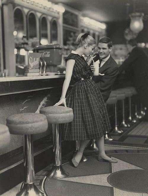 1950年代正在约会的男女。