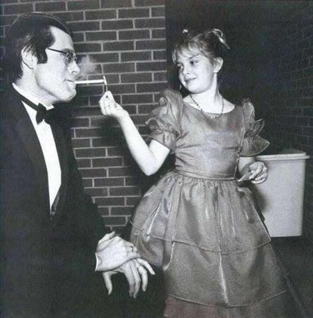 身为童星的茱儿芭莉摩(Drew Barrymore)帮作家史蒂芬金点烟。