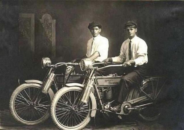 哈雷机车公司的创办人:威廉哈雷(William Harley)和亚瑟戴维森(Arthur Davidson)。 ... ...