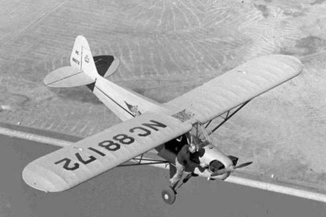 一名飞行员在飞行途中想要重新启动前头的推进器。
