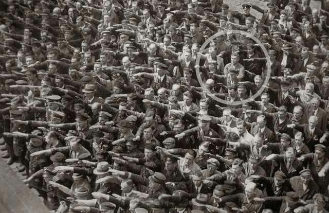 1936年,一名叫奥古斯特(August Landmesser)的船厂工人拒绝向希特勒敬礼,因为他的太太是犹太人。 ... ...