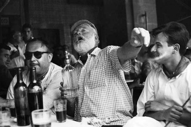 《老人与海》的作家海明威喝醉了。