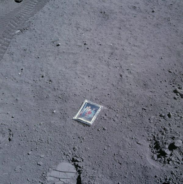 1972年,宇航员查尔斯·杜克在月球表面留下了一张妻子和两个儿子的照片。