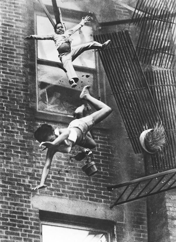 1975年一名母亲和她的女儿从火场中逃出