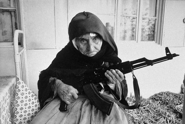 106岁的亚美尼亚女子守卫她的家园,1990年