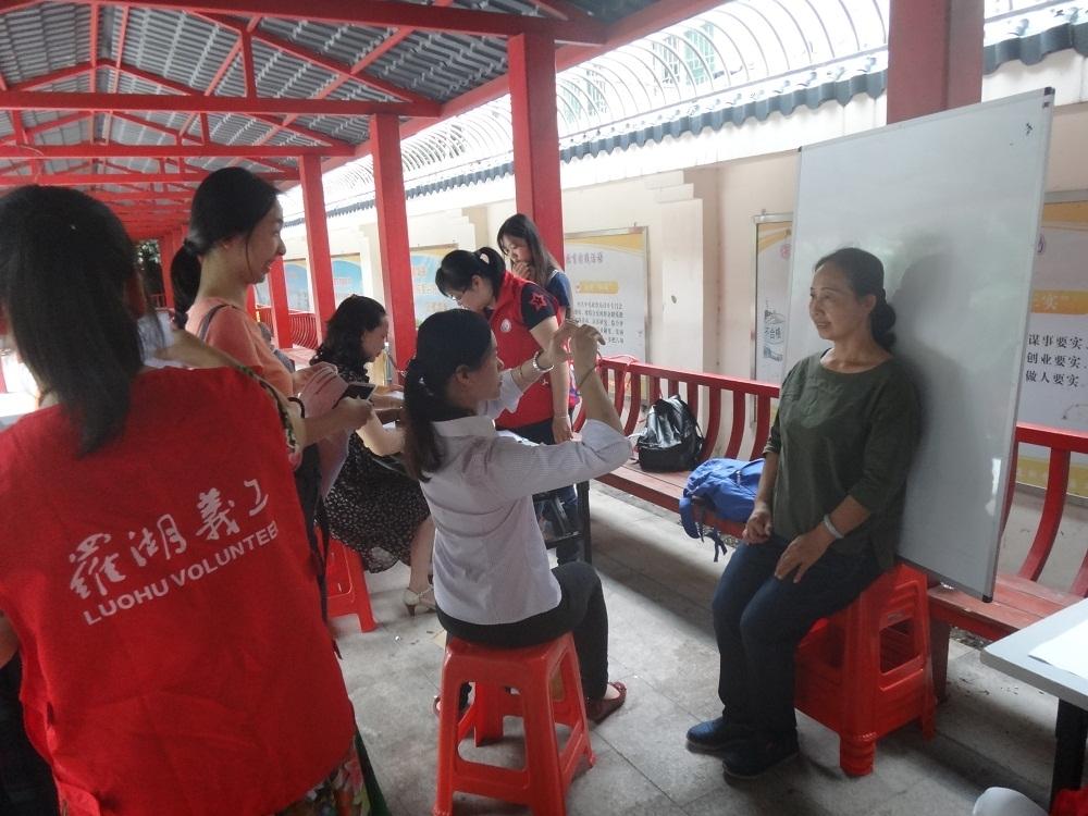 银行工作人员给居民拍照.JPG