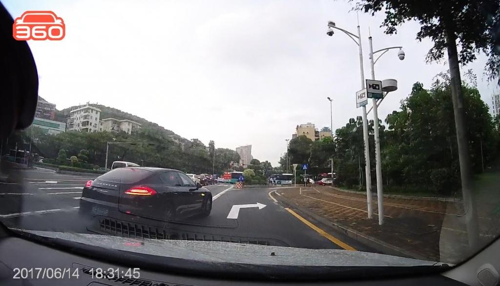 爱国路北行怡景路口(粤BB666P)跨实线变道01.jpg