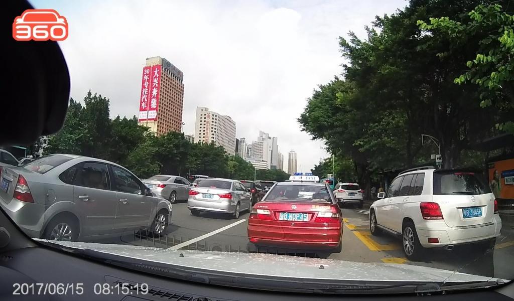 笋岗路西行桂圆中学公交站(粤B3N45F)高峰时段占用公交车道01.jpg