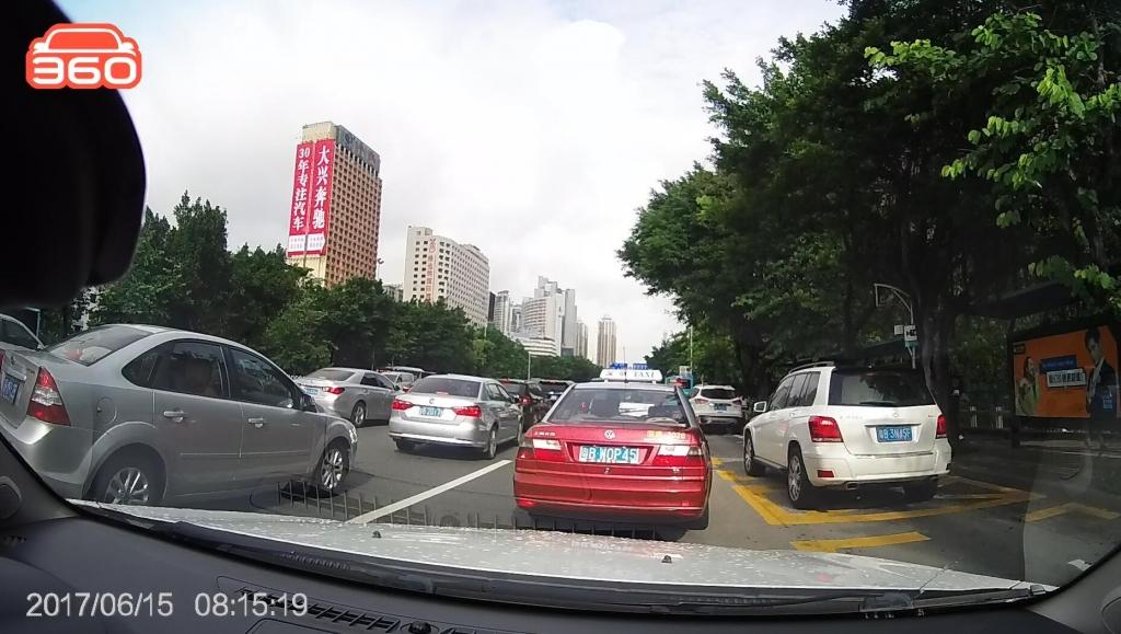 笋岗路西行桂圆中学公交站(粤B3N45F)高峰时段占用公交车道02.jpg