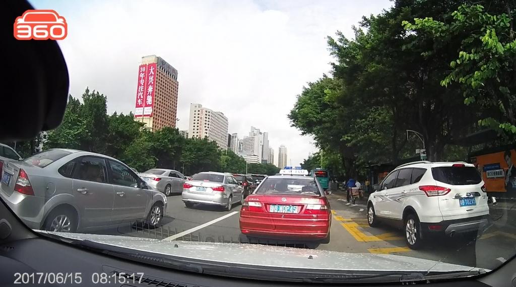 笋岗路西行桂圆中学公交站(粤BT02X5)高峰时段占用公交车道01.jpg