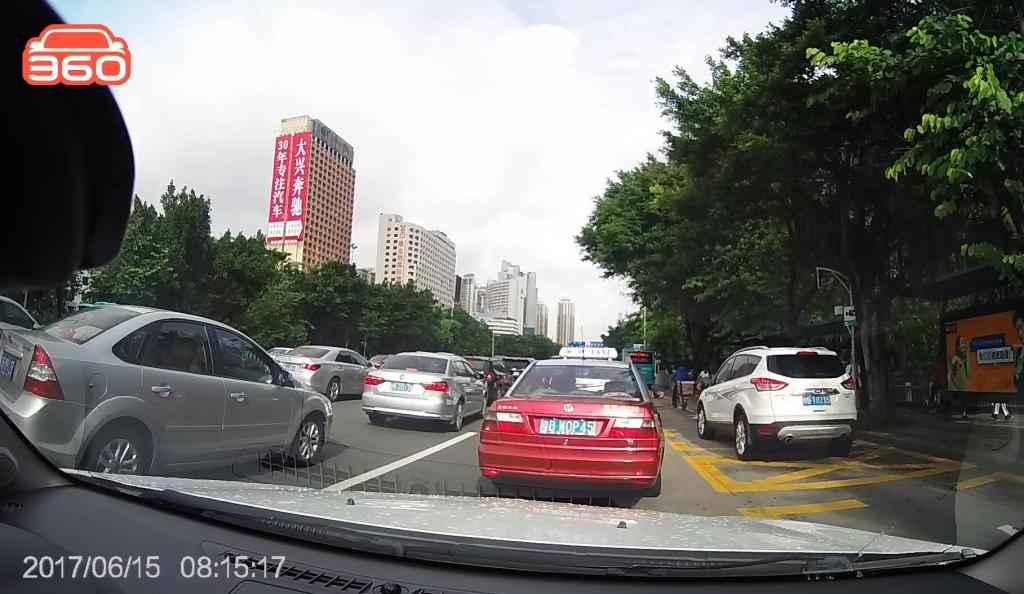 笋岗路西行桂圆中学公交站(粤BT02X5)高峰时段占用公交车道02.jpg