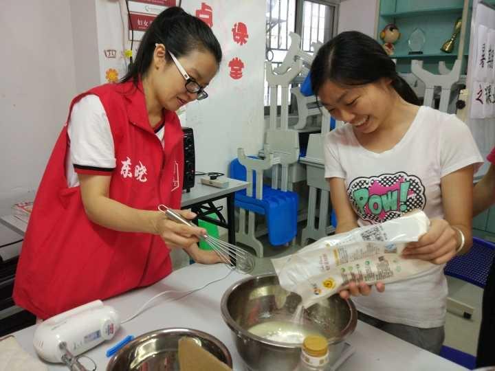 烘焙老师正在指导制作蛋糕.jpg