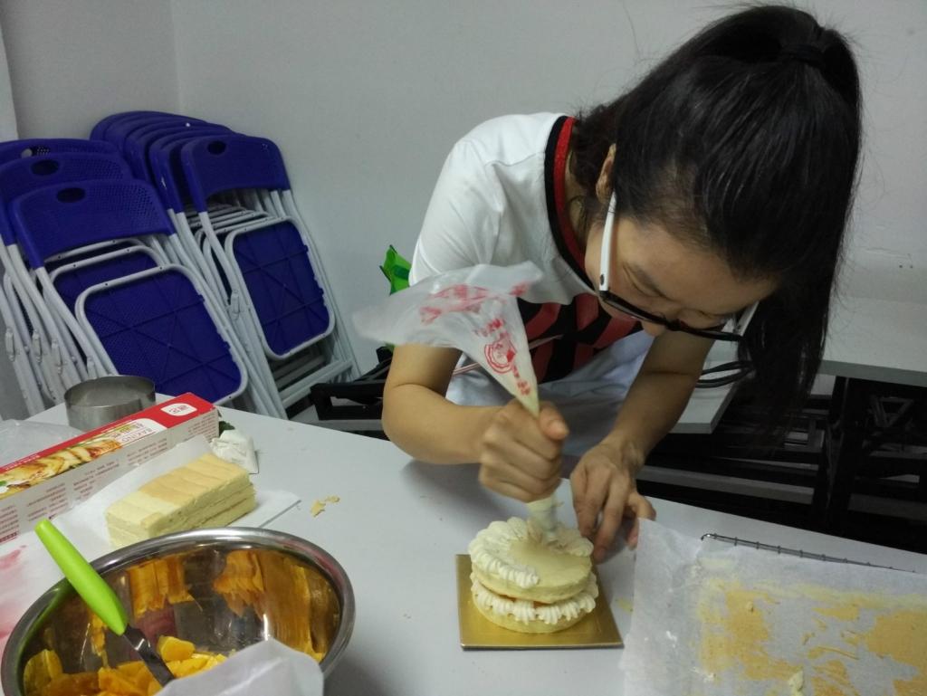 烘焙老师正在完成最后的装饰步骤_meitu_2.jpg