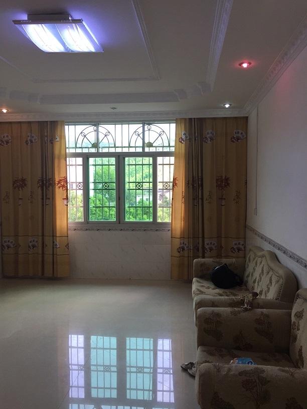 二楼客厅,满窗画意。