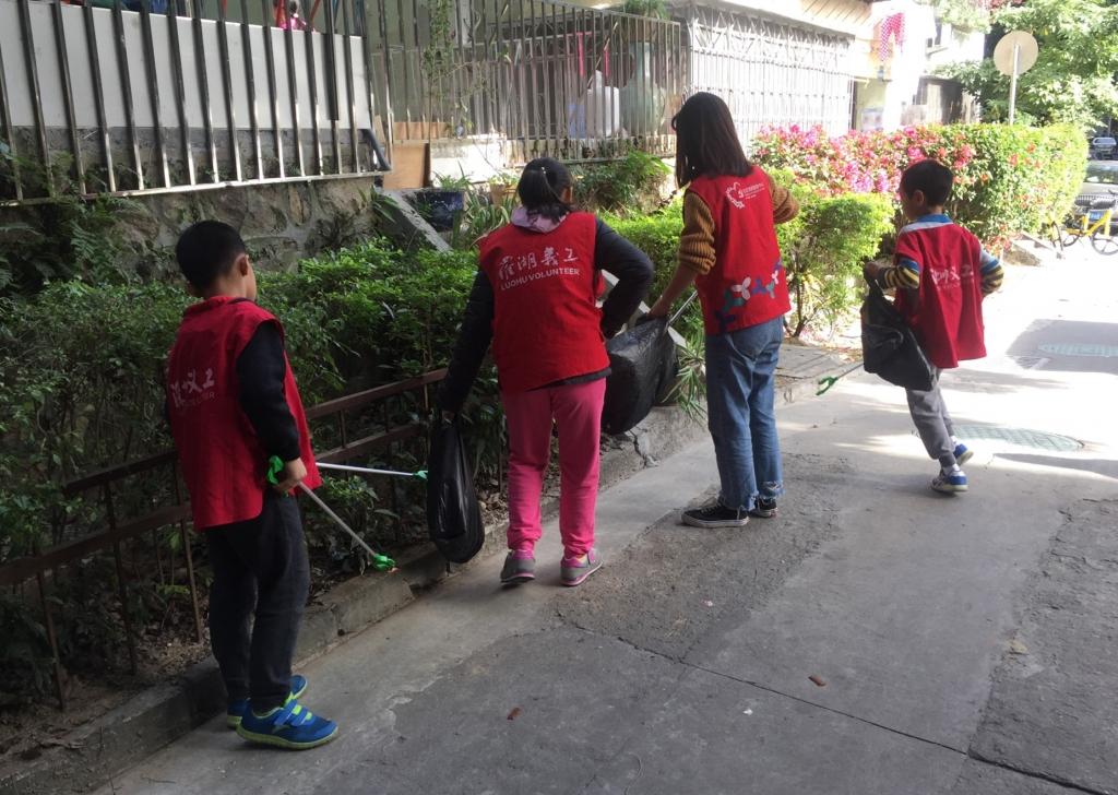 小义工们和社工姐姐一起捡垃圾.jpg