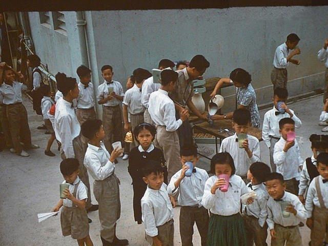 學校分派牛奶給學生