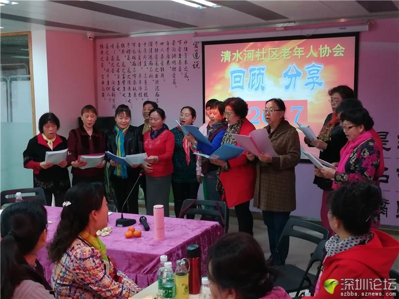 理事王永勤带领老协会唱自编的《长者规范争先峰》等歌曲.jpg