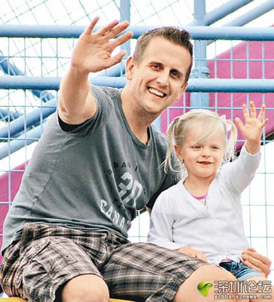 肯尼(右)對父親(左)一直念念不忘。(互聯網圖片)