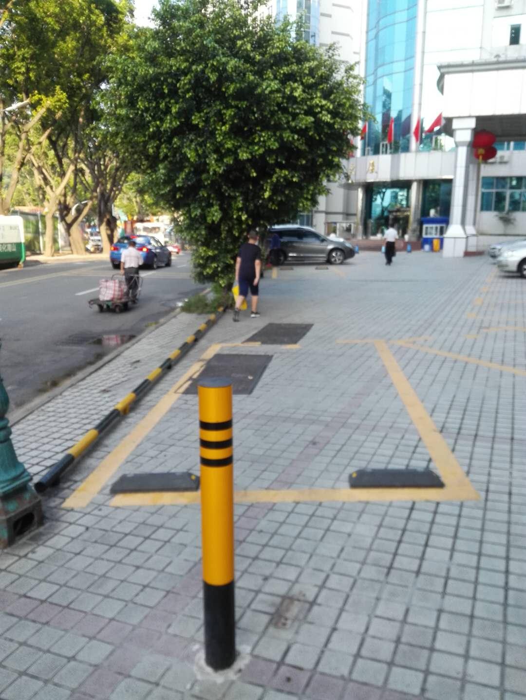 金湖大厦前被非法占用的人行道