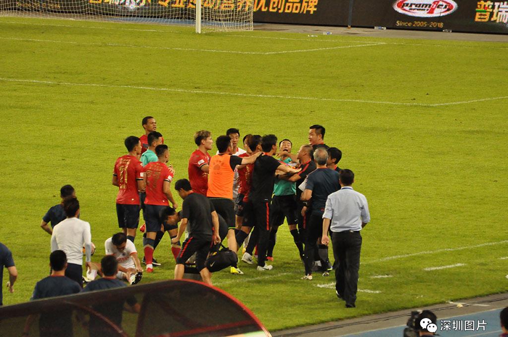 DSC_7446第88分钟,双方球员因为比赛动作加大爆发小的冲突,双方助理教练被罚出场外。.jpg