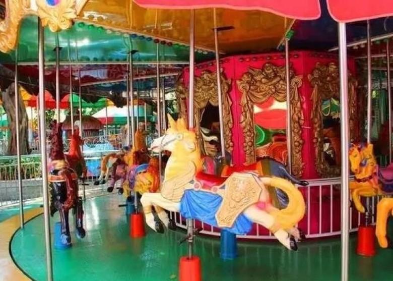 遊樂場內的旋轉木馬深受大人和小朋友歡迎。