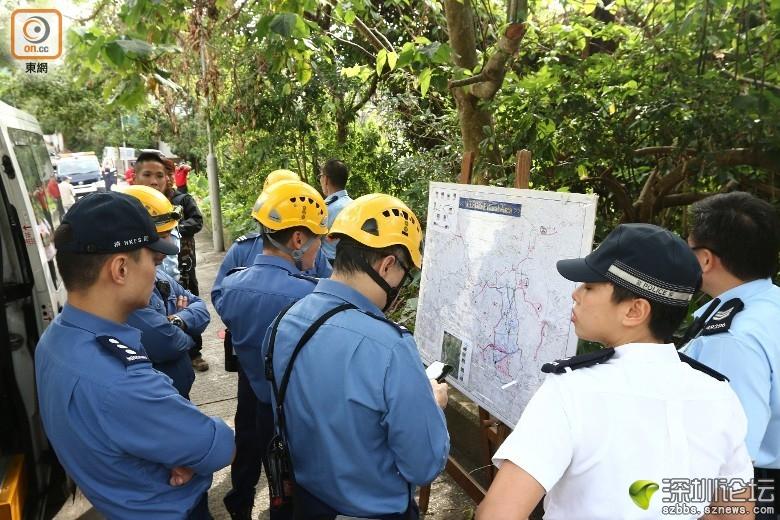 消防員研究登山路線。(張世洋攝)